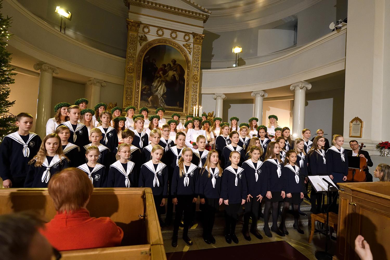 Finlands Lucia med luciakören och cantores minores